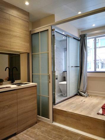 洋樓分間單位,洗手間升高以加強去水及防屎渠倒灌。旁為地台床,充分利用空間。