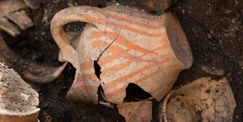 Vase à encens découvert par les archéologues dans le cloître. © Denis Gliksman/Inrap