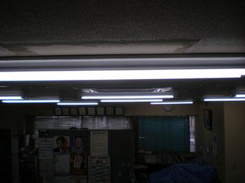 既存の穴は埋めて取り付け、後日天井の壁紙を施工