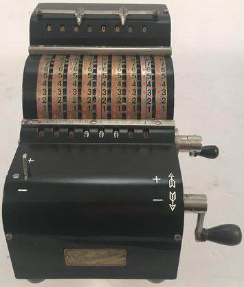 """Sumadora LIPSIADDI variante 2, predecesora de la ADDI7, s/n  1170, fabricada en Alemania por """"O. Holzapfel and Co."""", Leipzig (Alemania), año 1927, 14x17x13 cm. La Lipsiaddi fue la primera máquina sumadora de Lipsia."""
