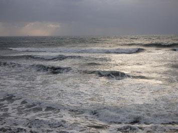 風で波も潰されていました。