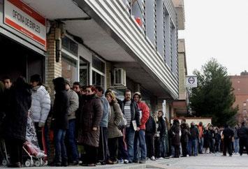 Arbejdssøgende foran et jobcenter i Madrid
