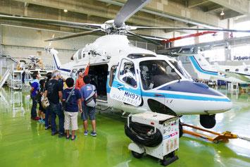 海上保安庁ではヘリコプターや航空機の見学会が行われた=22日、新石垣空港