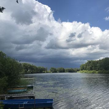 Boote im Kamernschen See Ufer Bootsstege