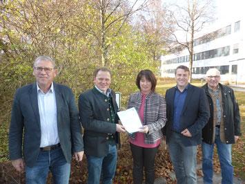 von links: Franz Hauck (Bürgermeister der Gemeinde Jengen), Stephan Kleiner (Forstdirektor), Landrätin Maria Rita Zinnecker, Markus Berktold (Bürgermeister der Gemeinde Seeg) und Hermann Mayer.