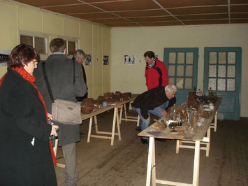 Erste provisorische Präsentation von archäologischen Fundstücken in einer ehemaligen Unterkunftsbaracke. Foto: A. Ehresmann, 13.1.2007