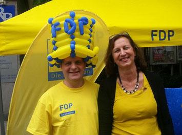 Freude an der Ballonkunst: Ralf Witzel MdL und Petra Hermann.