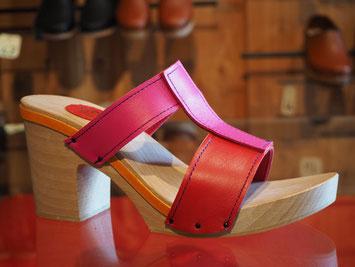 sabots d'été à haut talon pour femme réalisé en cuir sur semelles bois à la main par un maître artisan sabotier, en 3 couleurs : rouge, fuchsia et orange.