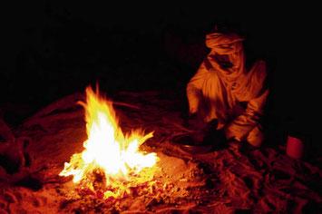 Kochen am Abend in der Sahara