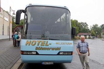 Reisebus mit Fahrer des Hotel Böhmerwald am Busbahnhof in Mühlhausen
