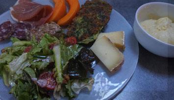 Assiette aveyronnaise avec charcuteries,fromages, farçous