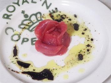 バルサミコとミントのソースを流したマグロのカルパッチョ