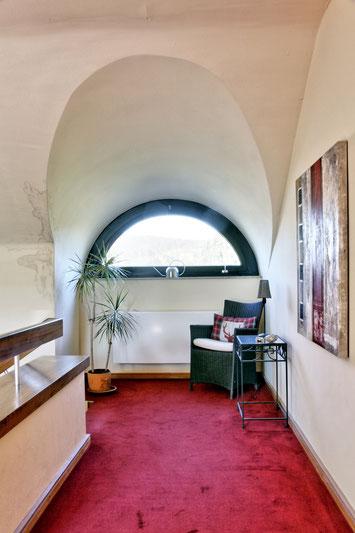 Immobilienfoto: Blick durch ein halbrundes Fenster, durch die verwendete HDR-Technik wirken Farben und Kontraste unnatürlich