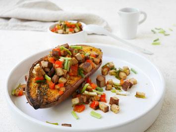 Gebackene Süßkartoffel mit Räuchertofu und Gemüse