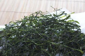 天たつで4月から5月頃まで販売しています菅藻は福井の越前海岸でとれる磯の香りのとっても濃い美味しい海藻。そのまま食べても、フライパンで少し炙って(ごま油で炒っても美味!)も美味しく、ご飯に揉みかけてふりかけにしたりお酒の肴としてお召し上がりください。