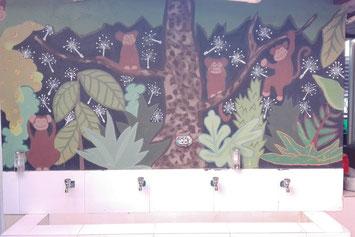 Waschbecken vor mit Affen bemalter Wand
