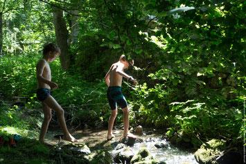 Une petite rivière longe le domaine des Bulles d'Herbe : détente garantie !