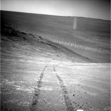 Foto: NASA Rover Spirit, Tornado auf dem Mars, mit Spuren vom Rover Spirit