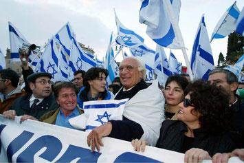 In una manifestazione del 2002 a Roma in favoro del popolo di Israele