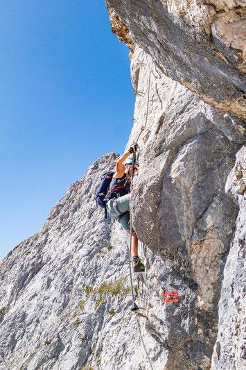 Ab und an sind Eisentritte im Fels. Allerdings sind diese oft sehr weit auseinander, sodass man dazwischen einen Tritt im Fels benötigt.