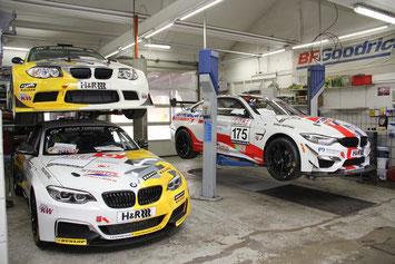 Die Leutheuser Boliden warten auf ihren Einsatz. Links oben das 1er Coupé, darunter der BMW M240i und rechts daneben das Flaggschiff BMW M4.                      Foto: Klaus Höhn