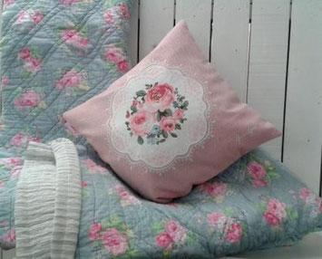 Quilt-Decke und Kissen mit Rosenmuster