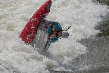 Und Action! Perfekter Pegel und Sonne pur bescherten spannende Läufe bei der Europameisterschaft im Kanu-Freestyle an der Isarwelle. Foto: Birgit Stiebing