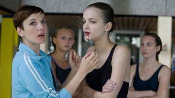 Szenenbild: Meret Becker, Alina, Lisa Vicari, Zoe. © Eikon Media