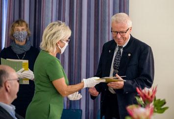 ©Staatsministerin Barbara Klepsch überreicht die Ehrenamts-Auszeichnung (unter Corona-Bedingungen). Foto: Michael Schmidt, SMWK Sachsen.