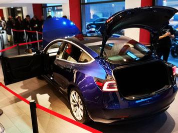 Tesla Model 3 - Probefahrt aktuell noch nicht möglich. Aber dafür kann das Fahrzeug nach dem Kauf wieder zurückgegeben werden, wenn's einem nicht gefallen sollte.