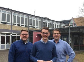 Das Organisatorenteam der Ausbildungsmesse vor der Halepaghen-Schule (von links nach rechts): Achim Biesenbach (Stadtjugendring), Niels Kohlhaase und Alexander Krause (Junge Union).