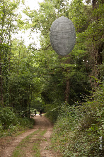 Sculpture métal réalisée par le sculpteur Michel Laurent. Sculpture et nature. Sculpture dans un jardin