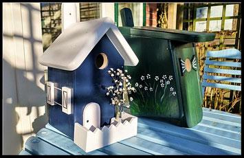 Vogelhuisje blauw-wit gekleurd , Nestkastje groen , met bloemen, voor mezen