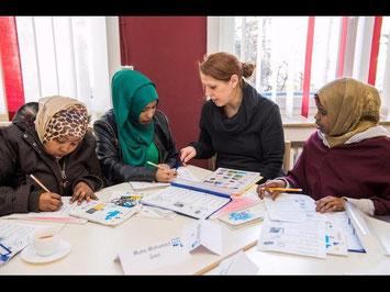 Friederike Heinl unterstützt mit 50 weiteren ehrenamtlichen Helfern das Flüchtlingsprojekt im Osten Gießens. // Foto: Friese