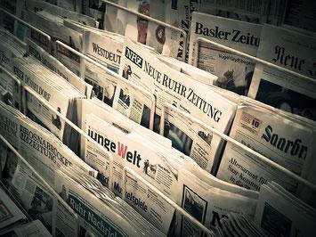 Zeitschriftenständer voller Tageszeitungen