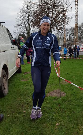 Sabine Drews steht ihren Töchtern in nichts nach und trägt das Harpstedter BlauWeiss über 6,4 km ins Ziel.