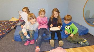 Auch die ganz Kleinen aus dem Kindergarten genossen es, von ihren größeren Lesepaten aus der Petrus-Canisius-Schule durch die bunte Lesewelt geführt zu werden.