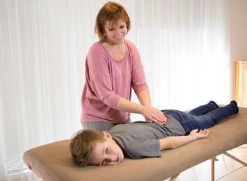 Holistic Pulsing am Rücken bei einem Kind