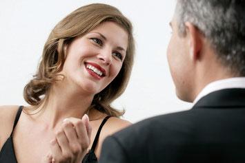 Weiße Zähne lassen Sie attraktiver aussehen ( © proDente e.V. )
