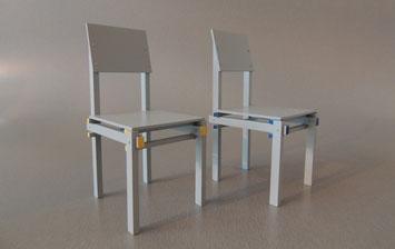 Es handelt sich um verschiedene Variationen von Miniaturstühlen aus der Rietveld Serie, die ich handgefertigt habe. Somit Selfmade