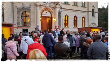 Am 4. Advent ist das Schloss Ralswiek die perfekte Kulisse eines Weihnachtsmarktes Rügens