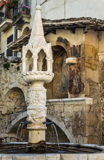 Fontecchio, fontana trecentesca ed edicola. Borgo d'Abruzzo