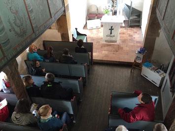 Gemeinsamer Gottesdienstbesuch in der kleinsten Barock-Kirche Hessens in Bodes. // Foto: Gömmer