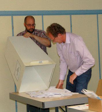 Wahlhelfer Ingmar Bartsch und Uwe Dielmann leeren die Wahlurne