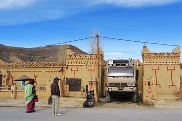 Ausfahrt Camping Ibrahim in Agoudal - unsere Fahrgäste warten.