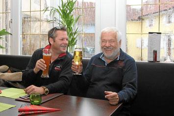 Prost - der Adler hat frisch gezapftes Bier !