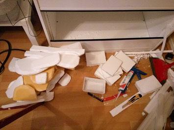 Aus Styropor und Fliesenkleber lassen sich praktische Rückwände basteln! Foto: N. Lehnert