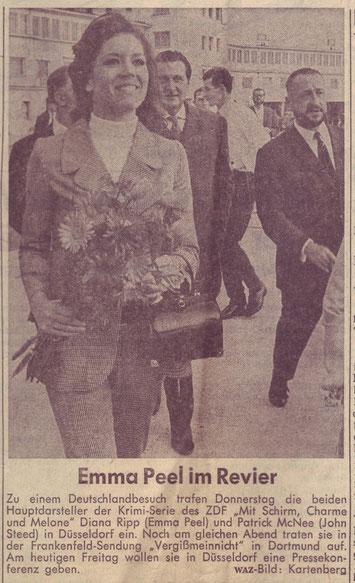 Diana Rigg (Emma Peel), Patrick McNee (John Steed) werden von Joachim Tettenborn am Flughafen Düsseldorf abgeholt. (WAZ, 7.7.1967)