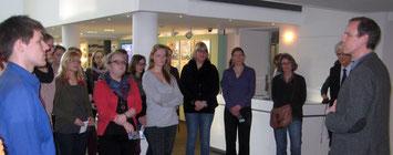 Dr. Frank Schmidt, wissenschaftlicher Direktor der Kunsthalle Emden, begrüßt die neuen Referendarinnen und Referendare.