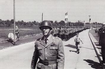 Einzug in die Nibelungen-Kaserne unter Führung von Major Krieg.
